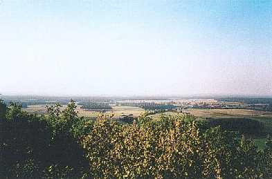 Le sentier du tacot offre plusieurs points de vue: les villages d'Offlanges, de Montmirey-le-Château, le Massif de la Serre ... Sur cette photo, le Val de Saône